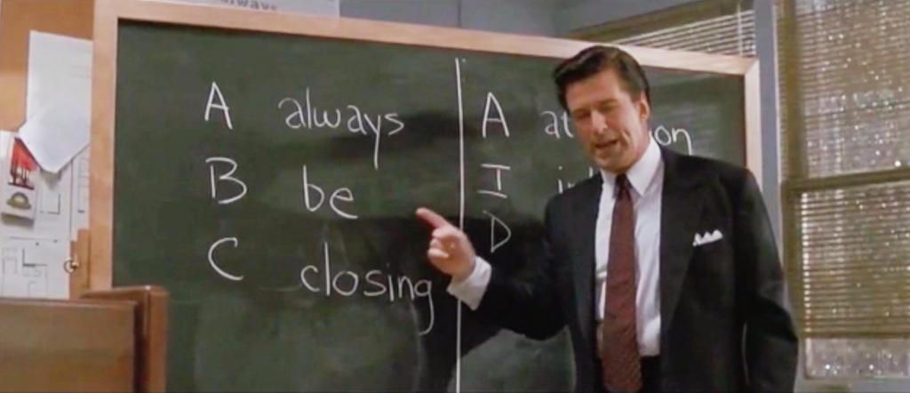 Alec Baldwinin esittämä Blake osoittaa liitutaululle piirrettyä A-B-C, Always Be Closing -kaavaa elokuvassa Myyntitykit