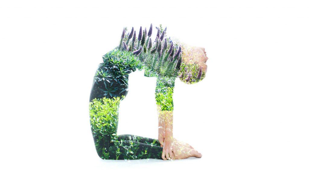 Naisen hahmo taivuttaa selkänsä kaarelle, ja rinnalla kukkii kasveja