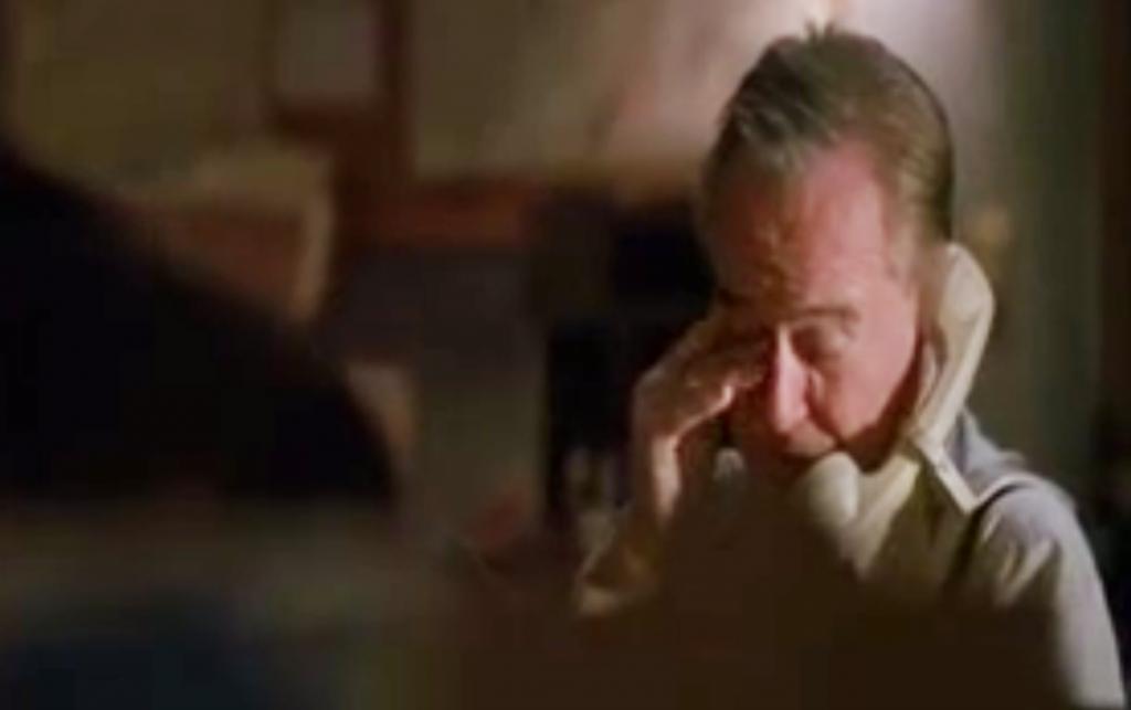 Jack Lemmonin esittämä myyjähahmo näyttää masentuneelta puhelimeen puhuessaan elokuvassa Myyntitykit