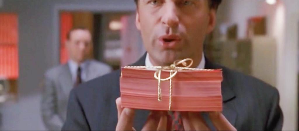 Alec Baldwinin esittämä myyntikonsulttihahmo ojentaa liidejä elokuvassa Myyntitykit